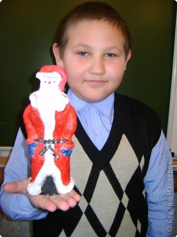 Обычно  Деда  Мороза  и  Снегурочку  под  ёлочку  покупают  фабричных  в  магазине,  а  необычность  нашего  подарка  членам  семьи  в  том,  что мы  Дедов  Морозов  и  Снегурочку  сделали  сами  своими  руками.   Мы  предлагаем   на  страницу  сайта  поместить  фотографию  с  коллективной  работой  «Деды  Морозы  и  Снегурочка»,  а  также  предлагаем  Вам  взглянуть  на  наши  поделки  с  разных  ракурсов  и  на  нас  на  фотографиях,  где  мы  изображены  со  своими  поделками.  фото 5