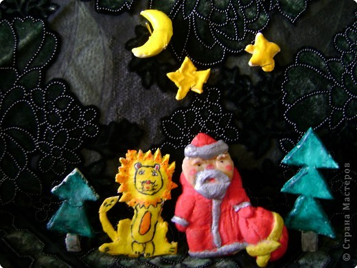 Мы  свою  композицию  делали  вместе  с  Амельченко  Олей,  я  вылепила  из  солёного  теста  Деда  Мороза,  а  Оля  вылепила   львёнка,  две  ёлочки,  звёзды  и  месяц. В  свои  поделки  мы  вложили  всю  душу,  так  как  готовили  их  специально  своим  родным  на  Новый  год.  Нет  ничего  трогательнее  и  приятнее  чем  получить  подарок,  выполненный  своими  руками.  Мы  всех  поздравляем  с  Новым  годом,  желаем  здоровья  и  побед  в  различных  конкурсах.                     Тищенко  Настя  и  Амельченко  Оля.       фото 1