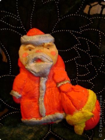 Мы  свою  композицию  делали  вместе  с  Амельченко  Олей,  я  вылепила  из  солёного  теста  Деда  Мороза,  а  Оля  вылепила   львёнка,  две  ёлочки,  звёзды  и  месяц. В  свои  поделки  мы  вложили  всю  душу,  так  как  готовили  их  специально  своим  родным  на  Новый  год.  Нет  ничего  трогательнее  и  приятнее  чем  получить  подарок,  выполненный  своими  руками.  Мы  всех  поздравляем  с  Новым  годом,  желаем  здоровья  и  побед  в  различных  конкурсах.                     Тищенко  Настя  и  Амельченко  Оля.       фото 2
