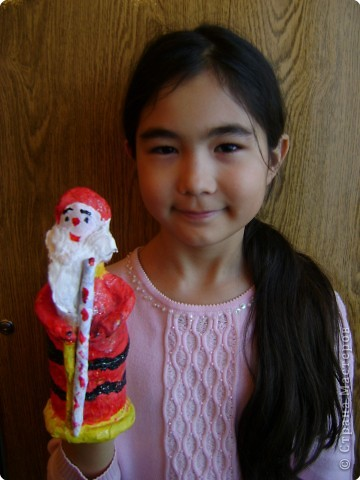 Обычно  Деда  Мороза  и  Снегурочку  под  ёлочку  покупают  фабричных  в  магазине,  а  необычность  нашего  подарка  членам  семьи  в  том,  что мы  Дедов  Морозов  и  Снегурочку  сделали  сами  своими  руками.   Мы  предлагаем   на  страницу  сайта  поместить  фотографию  с  коллективной  работой  «Деды  Морозы  и  Снегурочка»,  а  также  предлагаем  Вам  взглянуть  на  наши  поделки  с  разных  ракурсов  и  на  нас  на  фотографиях,  где  мы  изображены  со  своими  поделками.  фото 4