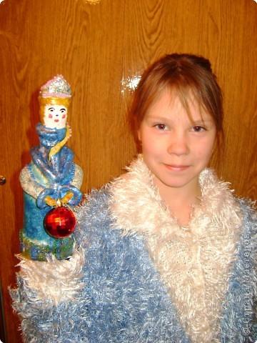 Обычно  Деда  Мороза  и  Снегурочку  под  ёлочку  покупают  фабричных  в  магазине,  а  необычность  нашего  подарка  членам  семьи  в  том,  что мы  Дедов  Морозов  и  Снегурочку  сделали  сами  своими  руками.   Мы  предлагаем   на  страницу  сайта  поместить  фотографию  с  коллективной  работой  «Деды  Морозы  и  Снегурочка»,  а  также  предлагаем  Вам  взглянуть  на  наши  поделки  с  разных  ракурсов  и  на  нас  на  фотографиях,  где  мы  изображены  со  своими  поделками.  фото 6
