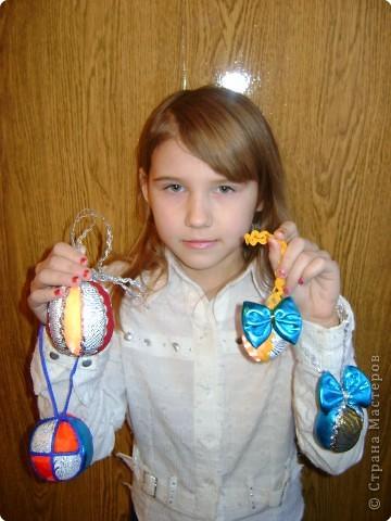 Совместная  работа:  Настя Бедарева  связала  ёлочку,  украсила  её  звездой и  гирляндой,  а  Маша Одинцова  сделала  на  ёлочку  игрушки  и  кольцо. фото 5