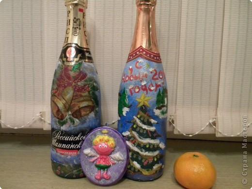 """У нашей семьи много родственников и друзей,каждому хочется что- нибудь подарить,чтобы дёшево и сердито.Мы с дочерью решили задекорировать бутылки с шампанским в технике """"декупаж"""".И я считаю,что это очень даже необычный подарок. фото 1"""