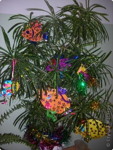 Ёлочные игрушки бывают разные (шарики. хлопушки, зайцы, снежинки и др.), а мы решили сделать на нашу ёлку золотых рыбок. ведь золотая рыбка  исполняет желания. фото 1