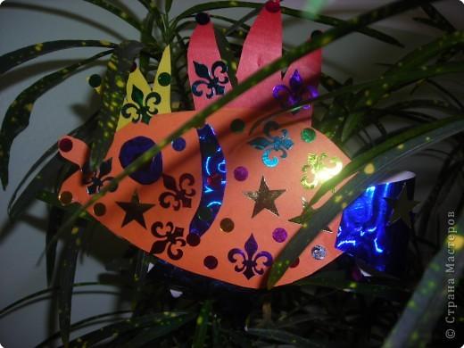 Ёлочные игрушки бывают разные (шарики. хлопушки, зайцы, снежинки и др.), а мы решили сделать на нашу ёлку золотых рыбок. ведь золотая рыбка  исполняет желания. фото 2