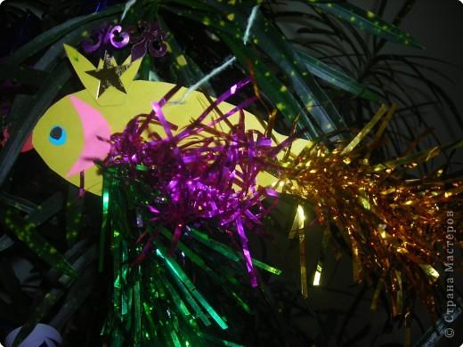 Ёлочные игрушки бывают разные (шарики. хлопушки, зайцы, снежинки и др.), а мы решили сделать на нашу ёлку золотых рыбок. ведь золотая рыбка  исполняет желания. фото 4