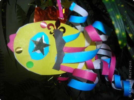 Ёлочные игрушки бывают разные (шарики. хлопушки, зайцы, снежинки и др.), а мы решили сделать на нашу ёлку золотых рыбок. ведь золотая рыбка  исполняет желания. фото 5