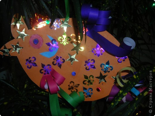 Ёлочные игрушки бывают разные (шарики. хлопушки, зайцы, снежинки и др.), а мы решили сделать на нашу ёлку золотых рыбок. ведь золотая рыбка  исполняет желания. фото 6