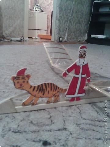 первые работы моего сына Романа выполненные лобзиком тигренок Полосатик и дед Мороз.