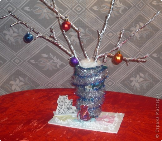 Хрустальный букет Подарок для самых близких Шеенко Арина, 7 лет  Своим родным на Новый год Я сделала подарок. Ему не нужно лишних слов, Не нужно лишних рамок. Взяла я только чистый лист, Ручку и чернила, Такой вот легкий стих На нем я сочинила: Пусть на ветвях серебрится пороша, Белый снег заметает любую беду. Я желаю вам только хорошего В наступающем Новом Тигра году!