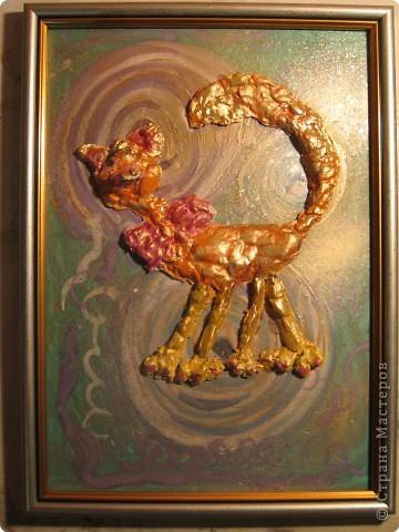 """Оля решила подарить своей маме на Новый год символ 2010 года - тигра. Она слепила его из специальной глины. Когда глина затвердела - расписала тигра гуашью (гуашью расписан и фон картины). Правда тигр получился у Оли очень добрый и скорее похожий на своего собрата - кота. Вот такая """"кицюля-тигрюля""""."""