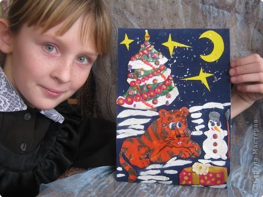 Никого не обижает И ни бьёт, ни оскорбляет Даже маленький тигрёнок, А в душе он как котёнок, Заслужил и он подарок: 5 коробок шоколадок!