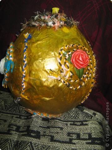 Новогодний шар висит Искрами сверкая В новогоднюю пору Всем он радости желает.