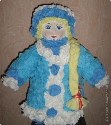 Я вылепил снегурку, Поставил на виду Снегурушку-девчурку Под яблоней в саду. Стоит моя царевна Под круглым деревцом - Царевна-королевна, Пригожая лицом. В парчовой душегрейке Стоит светлей зари, И крупные на шейке Играют янтари.  фото 2