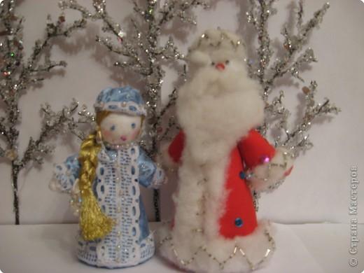 Дед Мороз и Снегурочка спешат на ёлку.