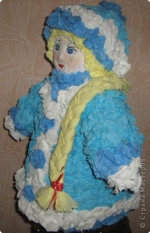 Я вылепил снегурку, Поставил на виду Снегурушку-девчурку Под яблоней в саду. Стоит моя царевна Под круглым деревцом - Царевна-королевна, Пригожая лицом. В парчовой душегрейке Стоит светлей зари, И крупные на шейке Играют янтари.  фото 1