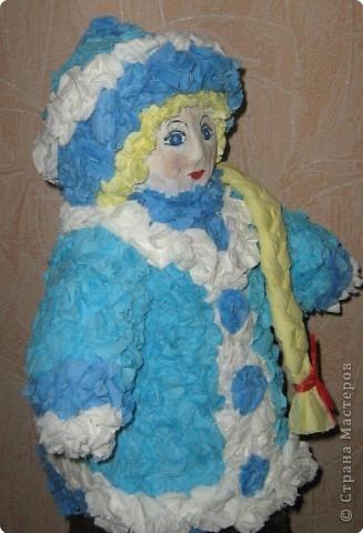 Я вылепил снегурку, Поставил на виду Снегурушку-девчурку Под яблоней в саду. Стоит моя царевна Под круглым деревцом - Царевна-королевна, Пригожая лицом. В парчовой душегрейке Стоит светлей зари, И крупные на шейке Играют янтари.  фото 3