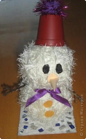 К смеху детскому привык Наш веселый снеговик. Он гуляет во дворе Дни и ночи в январе. Вместо глаз - два уголька, Шарфик с окантовкой, И видна издалека Рыжая морковка.  фото 1
