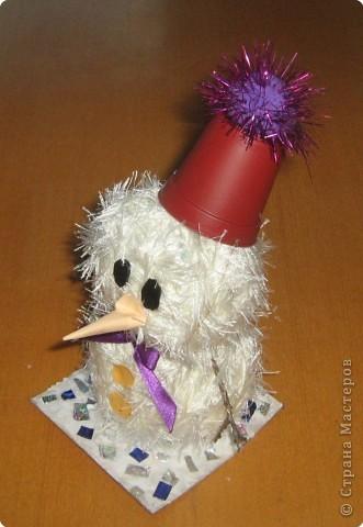 К смеху детскому привык Наш веселый снеговик. Он гуляет во дворе Дни и ночи в январе. Вместо глаз - два уголька, Шарфик с окантовкой, И видна издалека Рыжая морковка.  фото 2