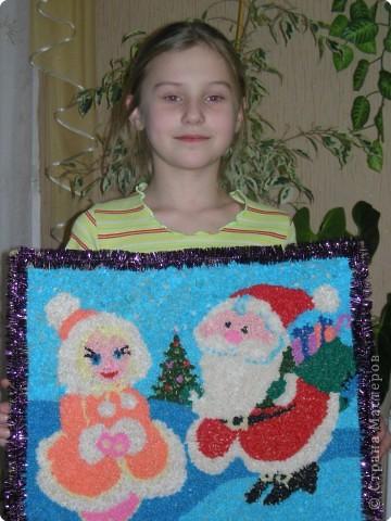 """Яна Диденко - ученица 2 класса. Очень любит танцевать, делать разные поделки. В этом году Яна участвовала в городском конкурсе """"Маленькая Супер-Снегурочка"""". Она представила себя - как маленькая восточная принцесса на миг превратилась в Снегурочку. В одном из конкурсов надо было придумать и подарить подарок Деду Морозу. Мы долго думали что можно подарить, хотелось и станцевать и сделать что-то необычное - так возникла идея создания картины. Так как наша Снегурочка была восточная, то решили станцевать восточный танец, после которого Яна прочитала стихи и вручила свой подарок Деду Морозу. Живу я в жарких странах, Где вместо ёлок - пальмы. Где море и бананы А снега вовсе нет. О дедушке Морозе я с детских лет мечтаю. И для меня желанья заветней в мире нет.  Добрый дедушка Мороз, Я твоя снегурка На портрете здесь с тобой И моя фигурка.  Свой подарок я дарю И добра желаю. Очень я тебя люблю Тебя я поздравляю. Данный подарок для Деда Мороза был отмечен жюри как самый оригинальный.       фото 2"""