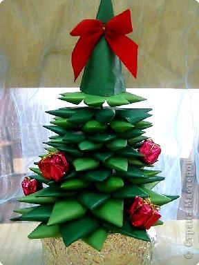 Будет радовать всех нас Сказочным нарядом, И подарки раздовать С белым снегопадом!