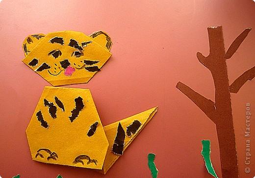 Оригами складывать любят все дети. Кусочки рваной бумаги помогли нарисовать игривую мордочку, раскрасить туловище.