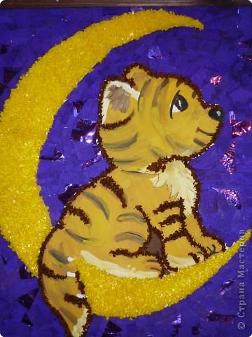"""Вот год быка уходит, Остался один день! Вокруг все суетятся Скупают,  что не """"лень""""...  А маленький тигренок, Забравшись на луну, Глядит на всех он сверху, Он видит всю страну. Всем людям он желает, Здоровья и любви,  Пусть в Новый год с тигренком Сбываются мечты! (сочинил Пятковский С.)"""