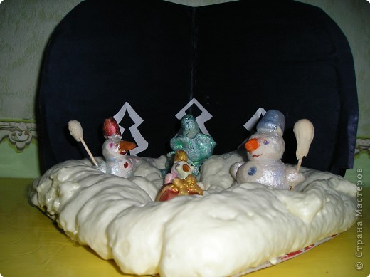 Собрались вокруг мы ёлки, Стали в дружный хоровод. Мы и спляшем и споём мы Про весёлый Новый год!