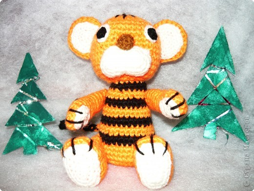 В каждом доме можно найти немного разноцветных ниток, из которых можно сделать такого замечательного тигренка.