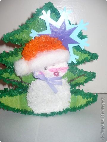 Этот снеговичок принес  с собой на празник маленькую елочку фото 1