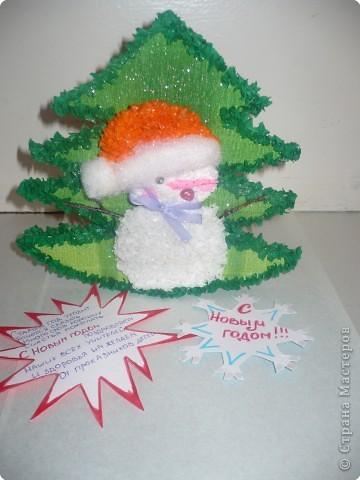 Этот снеговичок принес  с собой на празник маленькую елочку фото 3