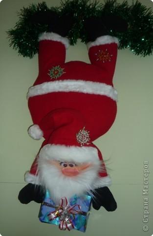 Веселый Санта. Волшебною ночью зажгутся Повсюду огни золотые. У деда Мороза найдутся Сегодня подарки любые!  И пусть под украшенной елью  Сегодня ждут счастье, удача, Здоровье, везенье, веселье. И много сюрпризов в придачу!