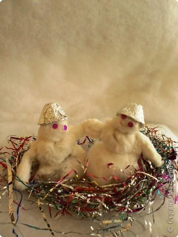 СНЕГОВИК       Я смотрю во двор с тоскою, В доме праздник - Новый год, А снаружи ветер воет И снежинок хоровод.  По протоптанной дорожке Кружит-вьюжит озорник. И печальный под окошком Одинокий снеговик.  Целый день его лепили, Был любимцем детворы, А теперь совсем забыли В тишине ночной поры.  Одного бросать не дело! Шубу, валенки надел, Рукавицы взял и смело По ступенькам вниз слетел.  А когда я возвращался, С благодарностью и нежно Снеговик мне улыбался  Со своей подругой снежной. (Вадим Косовицкий)