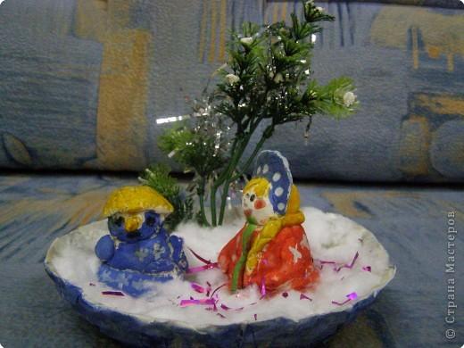 Снеговик и Снегурочка выполнены из солёного теста, а подставка папье- маше фото 1