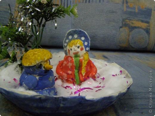 Снеговик и Снегурочка выполнены из солёного теста, а подставка папье- маше фото 2