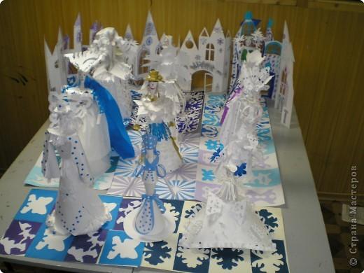 Коллективная работа по созданию  фасада Дворца Снежной королевы,  паркета в танцевальном зале  и своего персонажа в костюме.  Выполняли в преддверии Нового года. фото 1