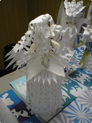 Коллективная работа по созданию  фасада Дворца Снежной королевы,  паркета в танцевальном зале  и своего персонажа в костюме.  Выполняли в преддверии Нового года. фото 3