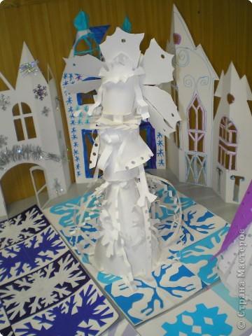 Коллективная работа по созданию  фасада Дворца Снежной королевы,  паркета в танцевальном зале  и своего персонажа в костюме.  Выполняли в преддверии Нового года. фото 4