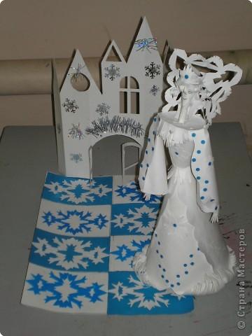 Коллективная работа по созданию  фасада Дворца Снежной королевы,  паркета в танцевальном зале  и своего персонажа в костюме.  Выполняли в преддверии Нового года. фото 5
