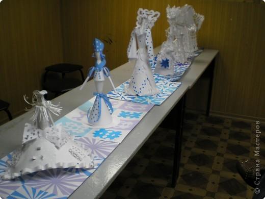 Коллективная работа по созданию  фасада Дворца Снежной королевы,  паркета в танцевальном зале  и своего персонажа в костюме.  Выполняли в преддверии Нового года. фото 2