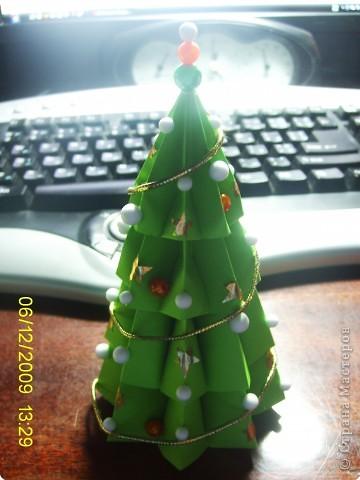 У нашего снеговичка совсем не было друзей. Я решила ему преподнести необычный подарок. Необычен он тем, что он так же как и снеговик является символом зимы и самого приятного праздника Нового года. А так же тем, что на ёлочке любимые снежинки снеговичка. фото 5