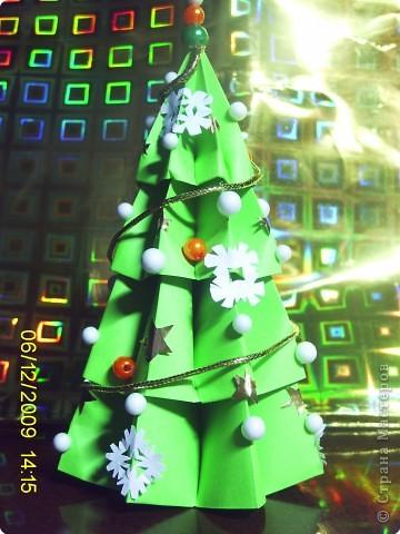 У нашего снеговичка совсем не было друзей. Я решила ему преподнести необычный подарок. Необычен он тем, что он так же как и снеговик является символом зимы и самого приятного праздника Нового года. А так же тем, что на ёлочке любимые снежинки снеговичка. фото 2