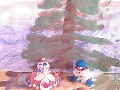И в тот же миг мой снеговик  Потер ладонью нос.  Взмахнул метлой, ступил на лед  И вот уж пляшет и поет,  А по пятам за ним идет  Веселый Дед Мороз.