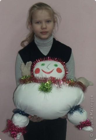 Снеговушка хорошо смотрится на стуле фото 2
