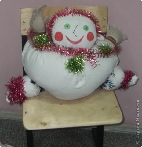 Снеговушка хорошо смотрится на стуле фото 1