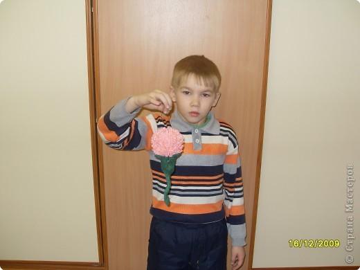 Никита с мамой старательно торцевал лепестки гвоздички в пластилин. фото 4