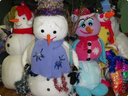 """Этого желтенького солнечного снеговичка сделали девочки моего 5а класса. Наш снеговик оказался самым маленьким по росту и по """"возрасту"""". Но у него много друзей, всем хотелось взять его на руки и поиграть. фото 2"""