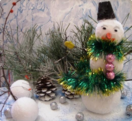 Наш снеговичок  живет вот в таком волшебном лесу. Он готовится придти к своим друзьям ребятам на утренник и поздравить всех с Новым Годом