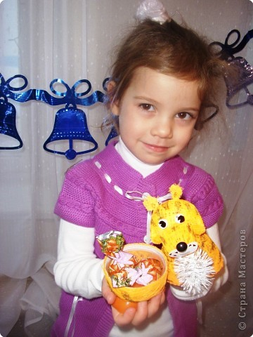 Тигр с подарком для сладкоежек