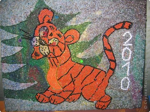 Наступает Новый Год! К нам тигрёнок в дом идёт. Полосатый и красивый Радость,счастье нам несёт! Промурлычет С НОВЫМ ГОДОМ Будет добрым этот год!